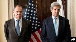 지난 14일 영국 런던에서 공동 기자회견에 참석한 존 케리 미국 국무장관(오른쪽)과 세르게이 라브로프 러시아 외무장관. (자료사진)
