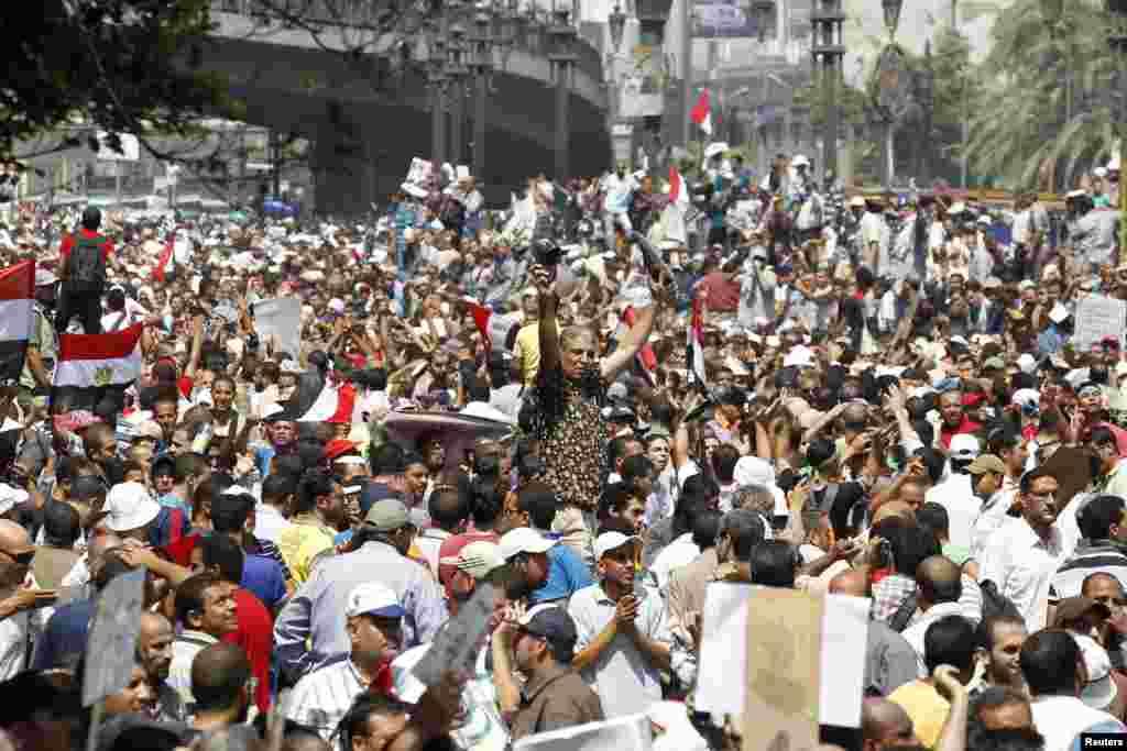 Répondant à l'appel des Frères musulmans, des milliers de personnes déferlent sur la place Ramsès du Caire, le 16 août 2013