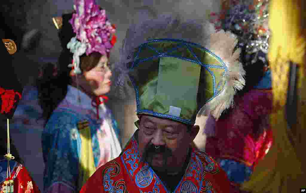 A performer dressed in traditional costume and wearing make-up takes part in Chinese new year celebrations at the 700-year-old Dongyue Temple in Beijing, January 23, 2012. (Reuters)