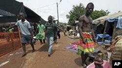 Des réfugiés transportant un parent mort dans un camp temporaire à Duékoué, dans l'ouest de la Côte d'Ivoire, en mai 2011
