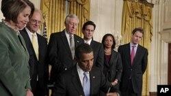 이란제재안에 서명하는 오바마 미 대통령