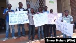Quelques militants du mouvement réveil des indignés se retranchent devant le bureau de la société civile à 20 mètres du bureau de la CENI Bukavu où ils viennent de manifester, 24 août 2016. VOA/Ernest Muhero