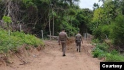 ေအာက္တိုဘာလ ၆ ရက္ေန႔တုန္းက ပကၽြတ္ကရီခန္ ဘက္မွာ ထုိင္းအာဏာပုိင္ေတြ စစ္ေဆးေနပံု (ဓါတ္ပံု-police)