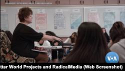 """Sherry McIntyre mengajar kelas toleransi beragama di SMA Peter Johansen di Modesto, California. Kisah Sherry adalah satu dari sekian kisah kebaikan dalam film """"The Antidote."""" (Foto: screenshot/VOA/The Antidote / Better World Projects and RadicalMedia)"""