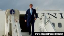 美国国务卿克里在突尼斯走下飞机(2015年11月13日)