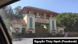Cổng Trại giam số 6, nơi ông Trần Huỳnh Duy Thức bị giam giữ (Facebook Nguyễn Thúy Hạnh).