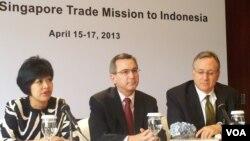 Dari kiri ke kanan: Pengurus Kadin Indonesia di Singapura Elizabeth Hernandez, Dubes AS untuk Indonesia Scot Marciel dan Dubes AS untuk Singapura David Adelman (VOA/Iris Gera).