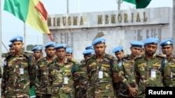 Soldados das Nações Unidas numa homenagem aos seus camaradas, no Mali.