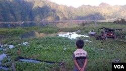 Kondisi Danau Batur yang mengalami pendangkalan dan dipenuhi eceng gondok. (VOA/Muliarta)