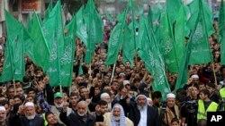 지난 12일 가자지구에서 팔레스타인 하마스 지지자들이 창설 27주년을 기념하며 행진을 하고 있다.