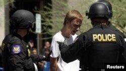 Un protestante llora mientras es arrestado en medio de una manifestación en contra de la Ley Arizona en 2010. La legislación se ha convertido en un temor entre los inmigrantes que no tienen los papeles en regla.
