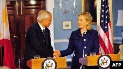 Ngoại trưởng Hoa Kỳ Hillary Clinton (phải) và Ngoại trưởng Philippin Del Rosario sau cuộc họp tại Bộ Ngoại giao Hoa Kỳ