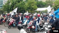 Aksi unjuk rasa di Jakarta dari pekerja BUMN yang menuntut penghapusan skema alih daya atau outsourcing. (VOA/Iris Gera)