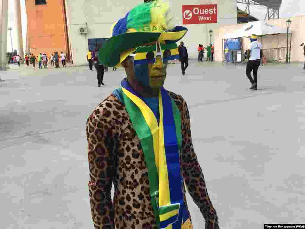 Un supporter gabonais devant le stade à Libreville, au Gabon, le 18 janvier 2017. (VOA/Timothee Donangmaye)