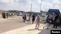 Люди спешно покидают место стрельбы в городе Одесса в штате Техас. 31 августа 2019 г.