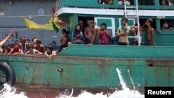 지난 16일 태국 해군이 입국을 거부한 후 절망에 빠진 해상 난민들. (자료사진)