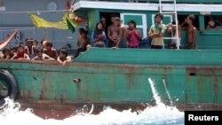Người di cư tuyệt vọng sau khi bị hải quân Thái kéo thuyền của họ ra khỏi vùng biển Thái Lan gần đảo Koh Lipe, ngày 16 tháng 5, 2015.