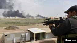 Un soldado iraquí vigila cerca de la refinería Baiji al norte de Bagdad.