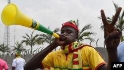Photo d'archives : un supporter malien mettant tout son souffle dans une vuvuzela, 16 janvier 2015