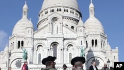 French soldiers patrol in front of the Sacre Coeur in the Montmartre district, in Paris, 28 Oct 2010