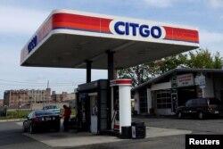 Sebuah pom bensin di Kearny, New Jersey, AS. Harga BBM di AS turun drastis sesuai dengan anjloknya harga minyak global.
