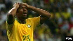 El delantero del Santos de Brasil, Robinho será uno de los mundialistas en la lista de convocados del entrenador Dunga.