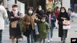 在台北,帶著口罩逛購物區。(2020年1月31日)