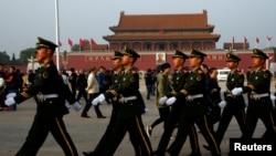 中共第十八屆六中全會10月25日在北京召開第二天會議時,武警邁步通過天安門廣場。
