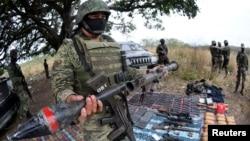 Un soldado mexicano sostiene un lanzagrandas, luego de una operación en el pueblo de Guayabal, en las afueras de Veracruz.