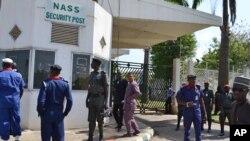 Des agents de sécurité montent la garde à la porte du parlement à Abuja, au Nigeria, le 20 novembre 2014.