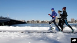 These runners in Boston didn't let cold temperatures and snow keep them from running outdoors, January 2017. (AP Photo/Steven Senne)