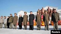 지난 16일 북한 김정은 국방위 제1위원장(앞줄 오른쪽 4번째)이 아버지 김정일의 71회 생일을 맞아, 평양 만경대혁명학교에서 열린 동상 제막식에 참석했다.