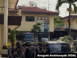 Polrestabes Medan beberapa saat setelah ledakan bom bunuh diri dijaga ketat petugas kepolisian, Rabu, 13 November 2019. (Foto: VOA/Anugrah Andriansyah)