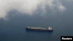 Một tàu chở dầu đang di chuyển trong khu vực eo biển Singapore.
