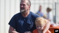 Ông Joey Taylor đón con gái của ông là Josie Taylor từ nhà thờ Baptist Oakdale hôm thứ Tư ngày 28 Tháng 09, tại thị trấn Townville, bang South Carolina. Các em học sinh đã được sơ tán đến nhà thờ này sau khi một thiếu niên xả súng tại trường tiểu học bang South Carolina hôm thứ Tư.