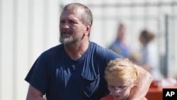 ایک والد اپنے بچے کو اسکول سے لے جا رہا ہے