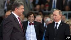 Ukraina prezident Petro Poroshenko (chapda) va Rossiya president Vladimir Putin Ikkinchi jahon urushida ikkinchi front ochilgan kunning 70 yilligi munosabati bilan Fransiyada o'tkazilgan tadbirda, 6-iyun, 2014-yil