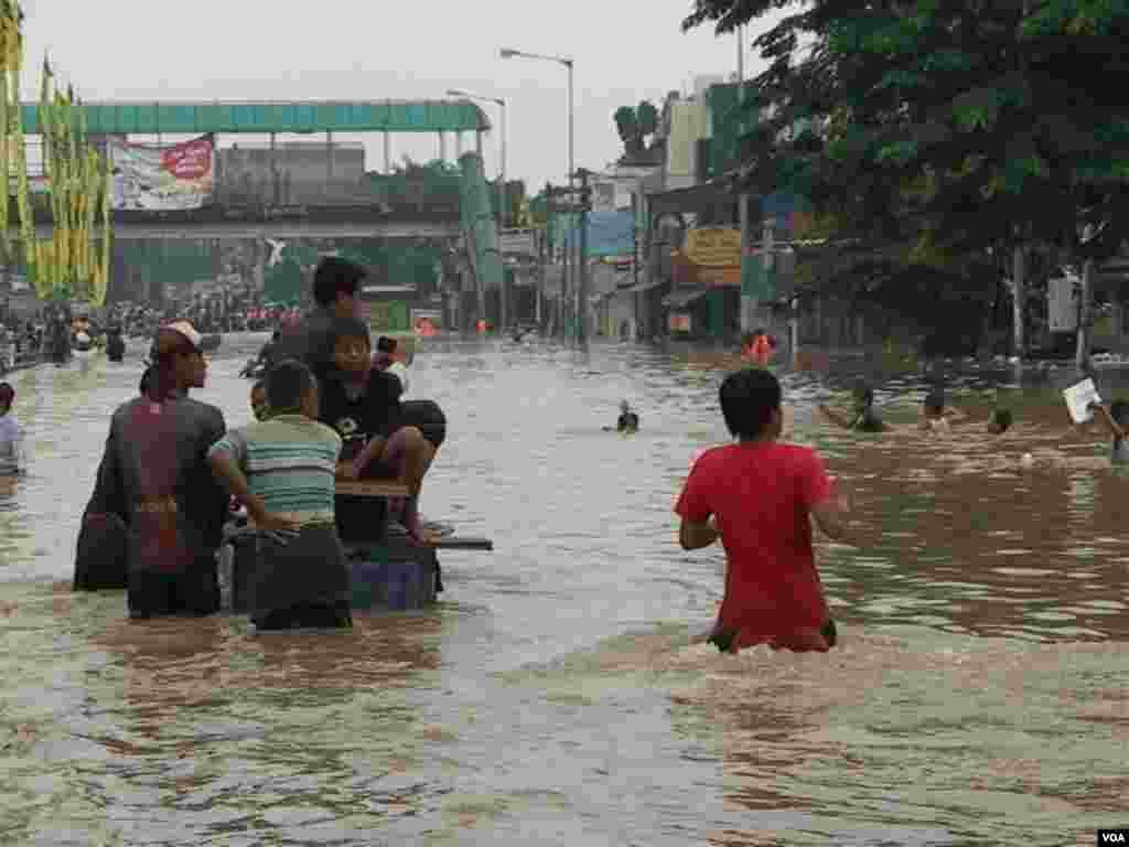 Banjir di daerah Kampung Melayu-Tebet, Jakarta Selatan (13/1). (VOA/Ahadian Utama)
