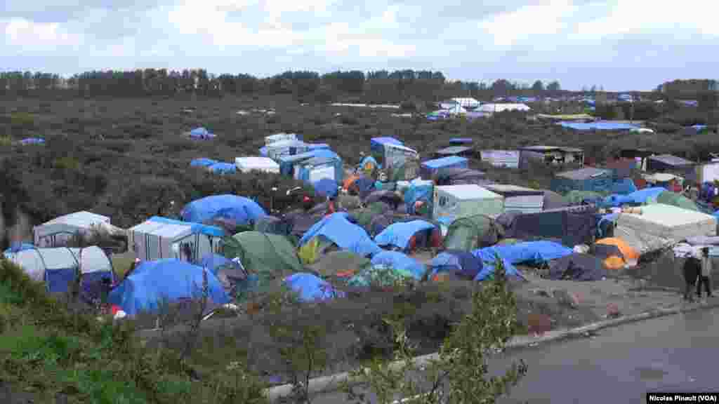"The ""jungle"" in Calais, France (Nicolas Pinault/VOA)"