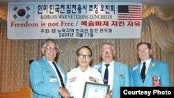 지난해 2004년 미국 뉴욕 지역 참전 전우회가 주최한 오찬회에서 미군 참전 용사들과 함께한 강석희 씨.