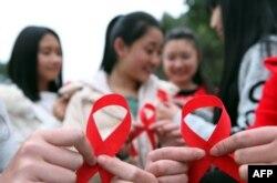 Các tình nguyện viên tham gia vào một sự kiện đánh dấu Ngày Aids Thế giới tại Trùng Khánh, ngày 30/11/2015.