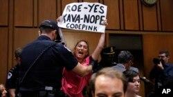 Người biểu tình phản đối ông Kavanaugh tại phiên điều trần ở Thượng viện.