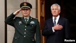 2013年8月19日,美國國防部長哈格爾(右)迎接到訪的中國國防部長常萬全。