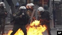 12月15日一枚燃烧弹在防暴警察群中爆炸