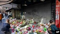 Saldırı noktalarından biri olan, Charonne sokağının önüne konan mumlar ve çiçekler