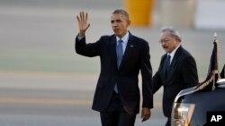 Presiden AS Barack Obama tiba di bandara internasional San Francisco bersama walikota Ed Lee (12/1). (AP/Ben Margot)