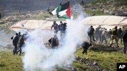 2일 이스라엘군 팔레스타인 시위대에 최루탄 발사