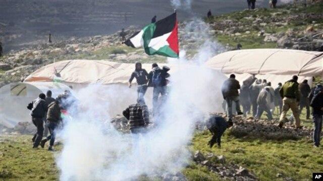Tentara Israel menembakkan gas air mata ke arah warga Palestina yang berusaha mendekati permukiman di Tepi Barat, Sabtu (2/2).