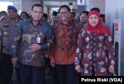 Gubernur Jawa Timur Khofifah Indar Parawansa mendampingi Ketua Komisi Pemberantasan Korupsi (KPK) Firli Bahuri (kiri) di Surabaya, 9 Januari 2020. (Foto: Petrus Riski/VOA)