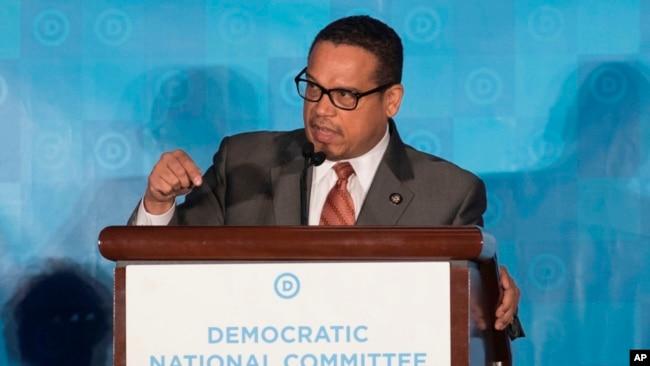El representante Keith Ellison, habla durante la sesión general de la reunión de invierno del DNC en Atlanta, el sábado, 25 de febrero de 2017.